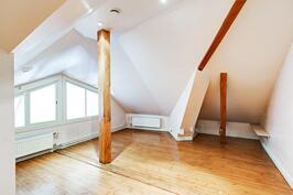 1) Yläkerran suuri makuuhuone on monimuotoinen. Vaatehuone hyvänä säilytystilana.