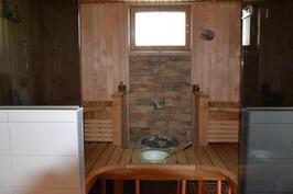 Iso saunatila + kahdet suihkut