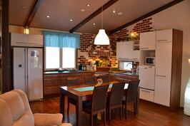 Tilava keittiö, kulmaliesi + kupu
