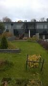Asunnon piha ja lasitettu parveke, josta kulku pihalle