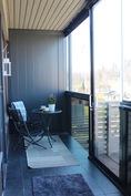 Koko asunnon levyinen parveke josta kulku omalle pihalle