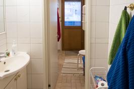 Pesuhuoneesta on käynti kodinhoitohuoneeseen ja parvekkeelle