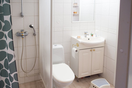 Kylpyhuoneessa on laatat ja lattialämmitys