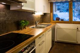 Uusi viehättävä keittiö. Ovissa hidastimet.