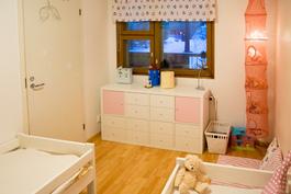 Pienempi makuuhuone, josta käynti myös kodinhoitohuoneeseen ja sen kautta parvekkeelle