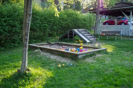 Lapsille on suojaisa leikkipaikka.