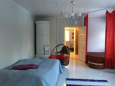 Yläkerrassa on kolme tilavaa makuuhuonetta, joissa tapetoidut seinät ja maalatut lautalattiat