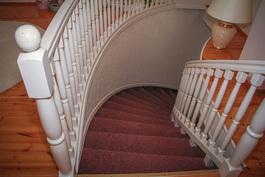 Näkymä portaikkoon yläkerrasta