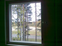 Näkymä olohuoneen ikkunasta urheilukentälle