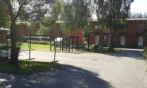 C 18 edustalta kuvattu taloyhtiön piha-aluetta.