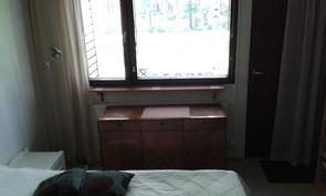 Isompi makuuhuone, josta oma ovi takapihalle +taustalla puistoalue.