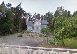 Kallion päälle rakennettu ryhdikäs 2 asunnon omakotitalo