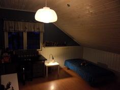 Yksi yläkerran kolmesta huoneesta.