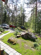 Metsäpirtintien rinteen tasanteella on kaksi omaa parkkipaikkaa ja tiellä lisätilaa autoille.