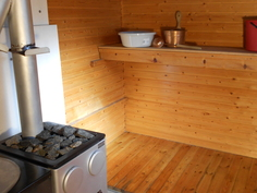 Saunassa on puulämmitteinen kiuas ja teräspata. Seinien alaosat ja lattiat on käsitelty venelakalla.