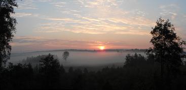 Juhannusaamuna klo 3:20 aurinko nousi kallion takaa. Aurinko paistaa koko päivän kalliolle ja pihaan
