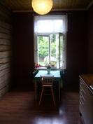 Keittiö huoneen ovelta kuvattuna, ikkuna pihan puolella