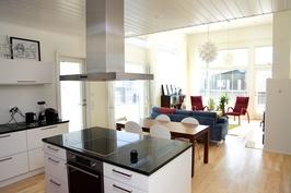 Avara keittiö, ruokailutila ja olohuone