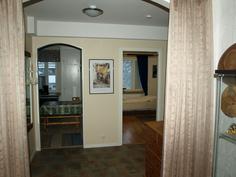 Eteinen olohuoneesta kuvattuna