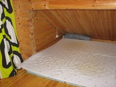 Päärakennuksen yläkerran makuuhuone