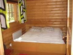 Päärakennuksen alakerran makuuhuone