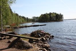 Nuotiopaikka rannassa ja taustalla venelaituri