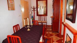 ruokailuhuone alakerrassa, talon sisääntulo vasemmalla