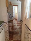 näkymä keittiön läpi ruokailuhuoneeseen