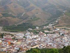 kylä vuorilta kuvattuna