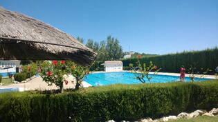 kylän uima-allas, auki kesäisin