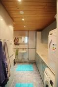 Kylpyhuone, jonka yhteydessä kodinhoitotila.