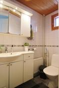 Erillinen wc, jossa lattialämmitys ja tuuletusikkuna.