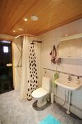Kylpyhuoneessa myös wc-istuin ja lattialämmitys.