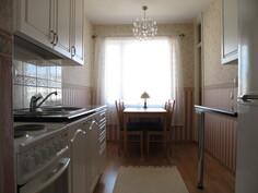 Kodikas keittiö sisäpihan puolella.