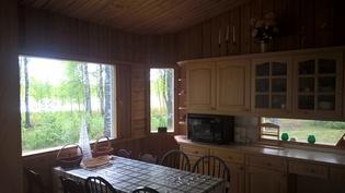 keittiöstä näkymä järvelle länteen