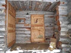 ulko-ovi (vasemalla oma varasto)