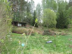 Mökki ja puutarhaa keväällä 2011.