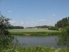 Porvoonjoki on tontin kohdalla n. 30 metriä ja parhaimmillaan yli 3 metriä syvä.