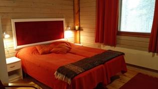 Alakerran suuri makuuhuone, lisäksi vuodesohva kahdelle