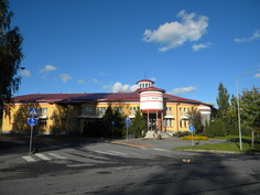 Upea laaja kirjasto lehtienlukusalineen.