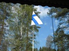 Aamukahvilla keittiöstä on mieltä nostattavaa katsella oman lippumme liehuntaa!