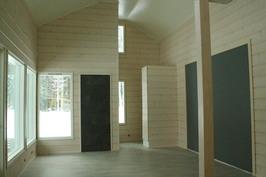 Koko alakerrassa kestävä puukuosilaatta lattialämmityksellä