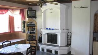Takka yläkerrassa läpi seinän voi lämmittää myös makuuhuoneen puolelta.