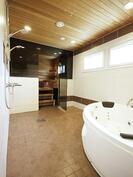 Kylpyhuone jossa kulmaporeamme