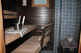 Sauna puukiukaalla (löytyy myös sähkökiuas)