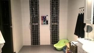 Kylpyhuone ja 2 suihkua. Lapsilla tilaa läträtä.