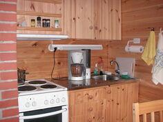 keittiössä liesituuletin ja vieressä pieni pesuhuone