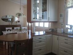 näkymä keittiöstä ruokatilaan..