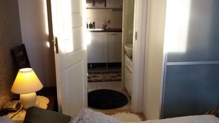 Vanhempien makuuhuoneesta suora yhteys pesutiloihin wc:n kautta