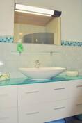 Pieni kylpyhuone / wc työ- ja vapaa-ajan tiloissa
